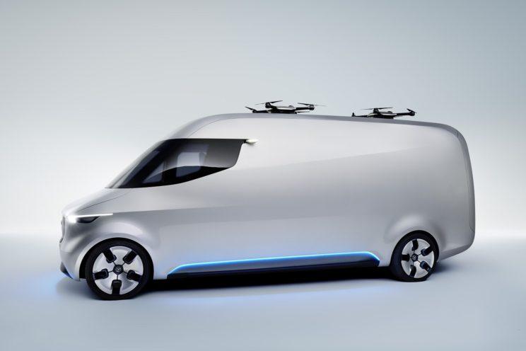 Elektryczny, dostawczy Mercedes z dronami