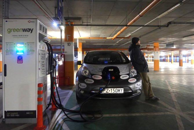 elektrycznym autem przez Afrykę ładowanie