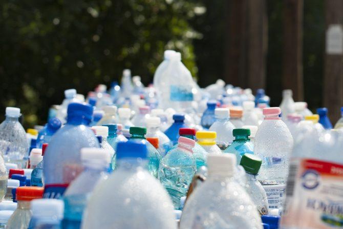 zanieczyszczenie plastikiem butelki x