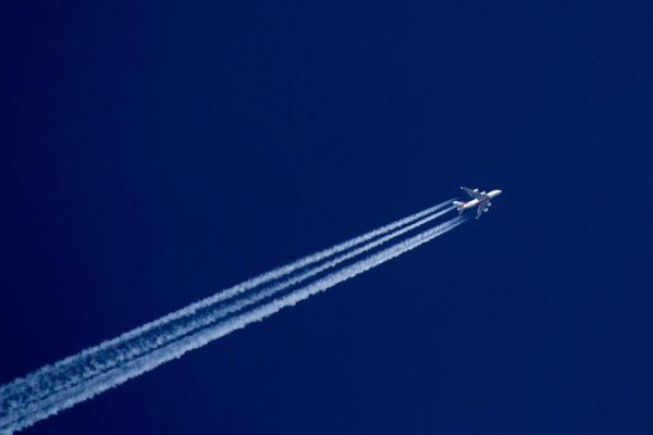 latanie-samolotem-smuga-kondensacyjna